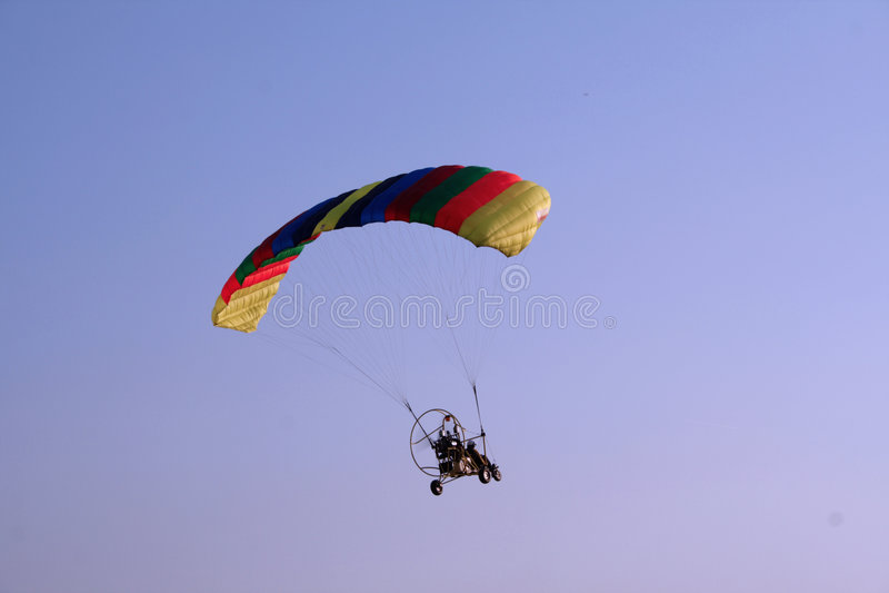 Vliegend glijscherm in de hemel stock foto