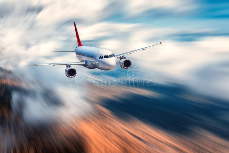 Vliegend passagiersvliegtuig en vage achtergrond