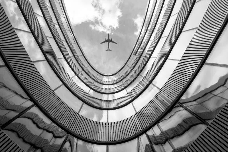 Vliegend vliegtuig en de moderne architectuurbouw royalty-vrije stock foto's