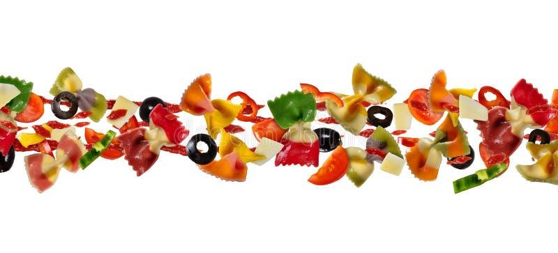 Vliegend voedsel met traditionele Italiaanse farfalledeegwaren en vegetabl royalty-vrije stock afbeelding