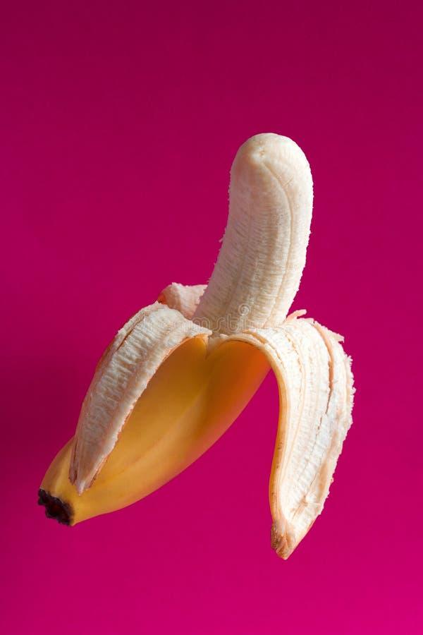 vliegende banaan op een trillende roze achtergrond royalty-vrije stock foto's