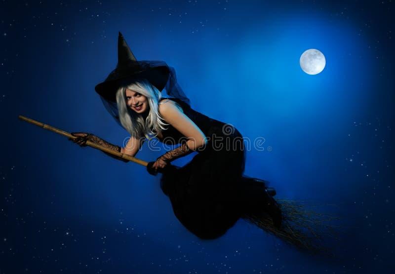Vliegende heks met een bezem stock afbeelding