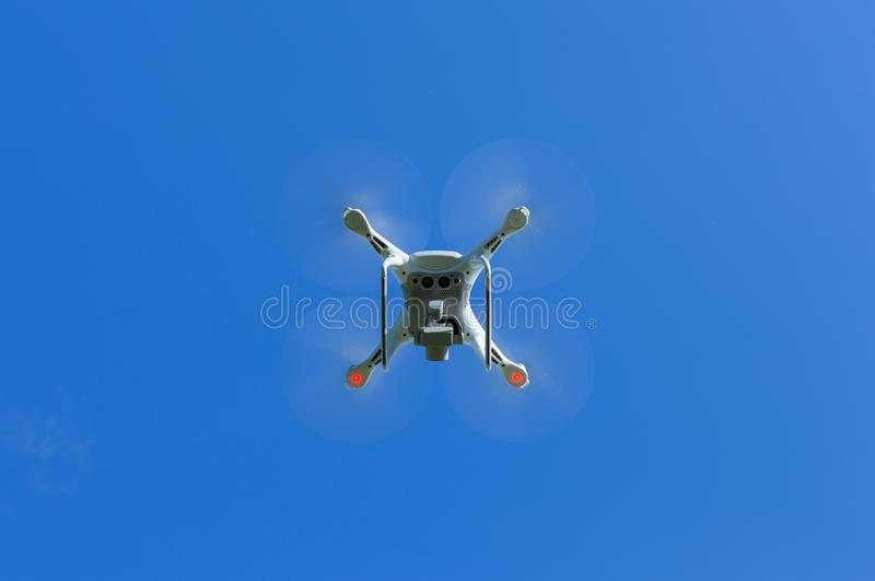 Vliegende hommel met blauwe hemelachtergrond die door beroeps wordt gecontroleerd stock afbeelding