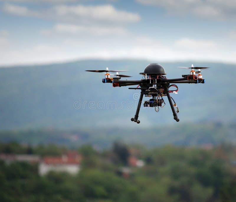 Vliegende hommel met camera royalty-vrije stock afbeeldingen