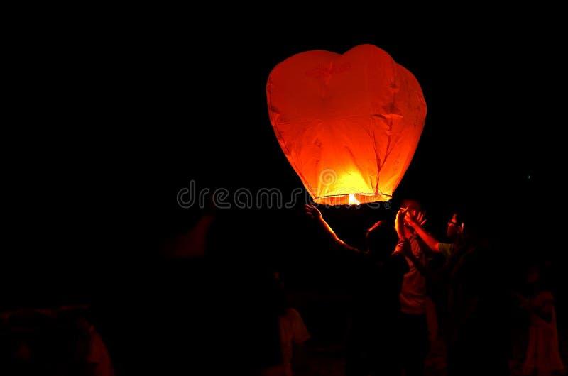 Vliegende lantaarn in de donkere hemel stock afbeelding
