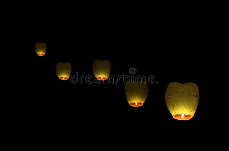 Vliegende lantaarn in de donkere hemel stock fotografie