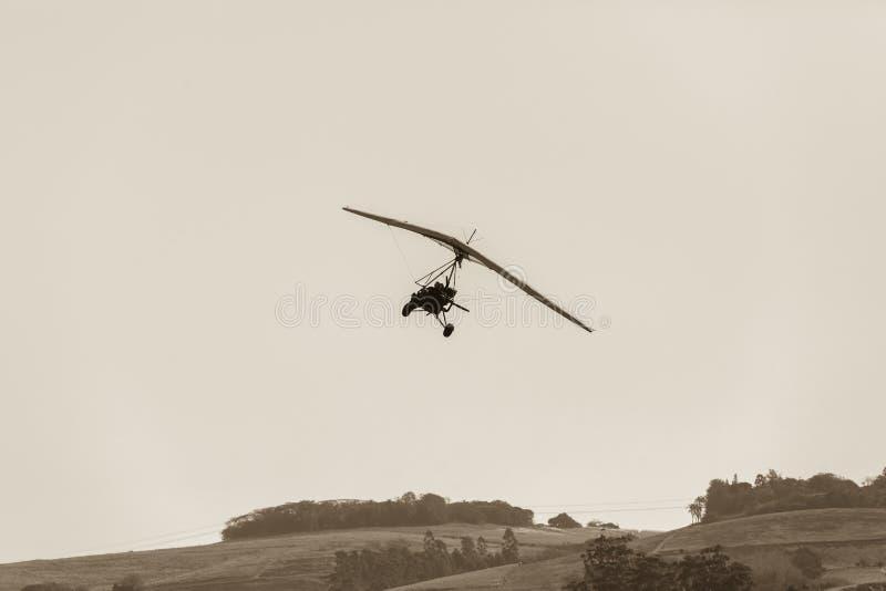 Vliegende Microlight-Vliegtuigensepia royalty-vrije stock fotografie