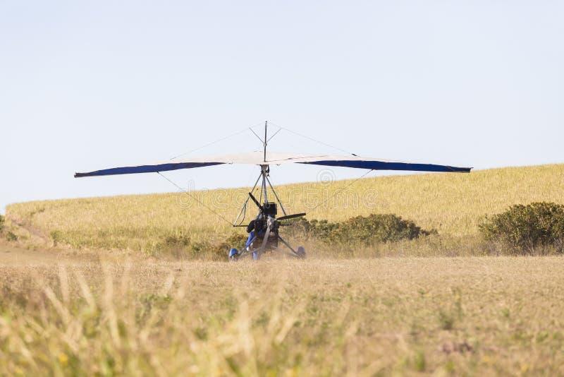 Vliegende Microlight-Vliegtuiglandingsbaan stock fotografie