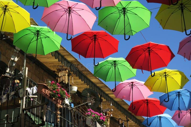 Vliegende paraplu's in Jeruzalem stock afbeelding