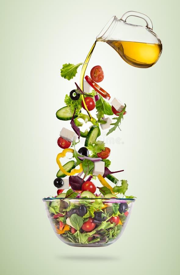 Vliegende plantaardige Griekse die salade op gradiëntachtergrond wordt geïsoleerd vector illustratie