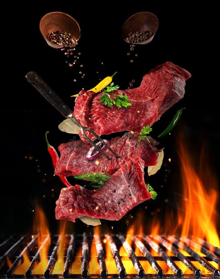 Vliegende ruwe lapjes vlees met ingrediënten, het concept van de voedselvoorbereiding royalty-vrije stock foto