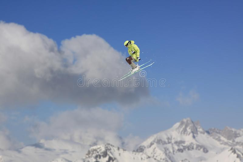 Vliegende skiër op bergen Extreme de wintersport royalty-vrije stock fotografie