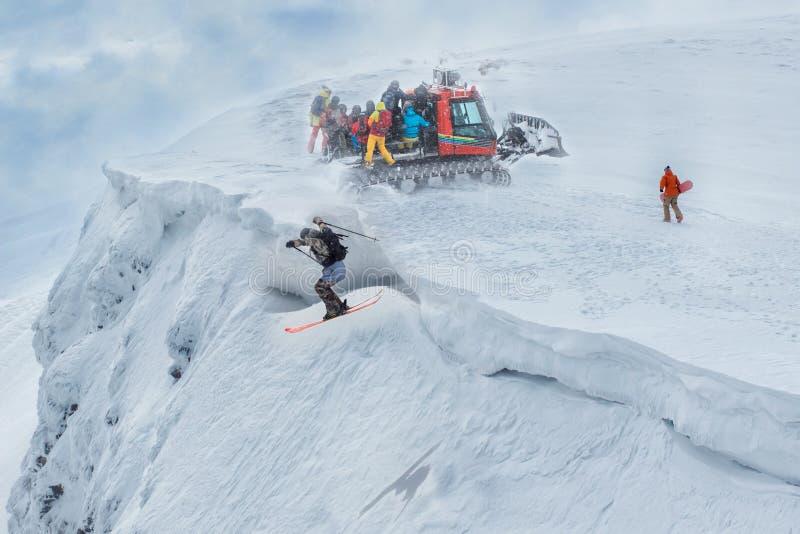 Vliegende skiër op bergen Extreme de wintersport Freeridesprong stock foto's