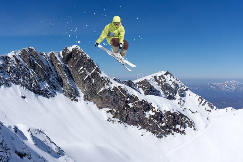 Vliegende skiër op bergen, extreme sport stock afbeelding