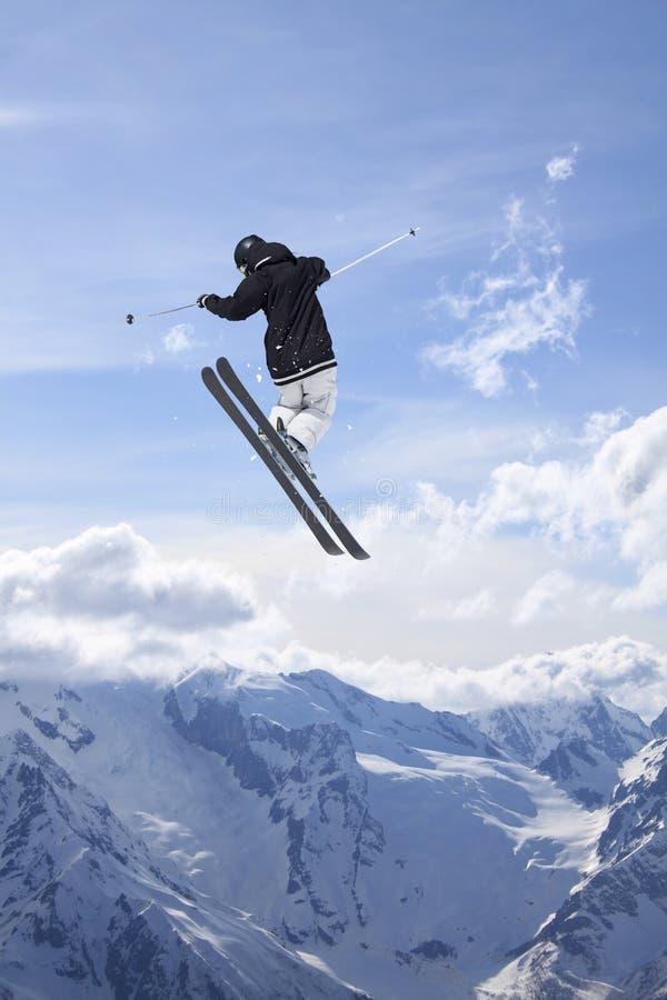 Vliegende skiër op sneeuwbergen Extreme de wintersport, alpiene ski royalty-vrije stock foto's