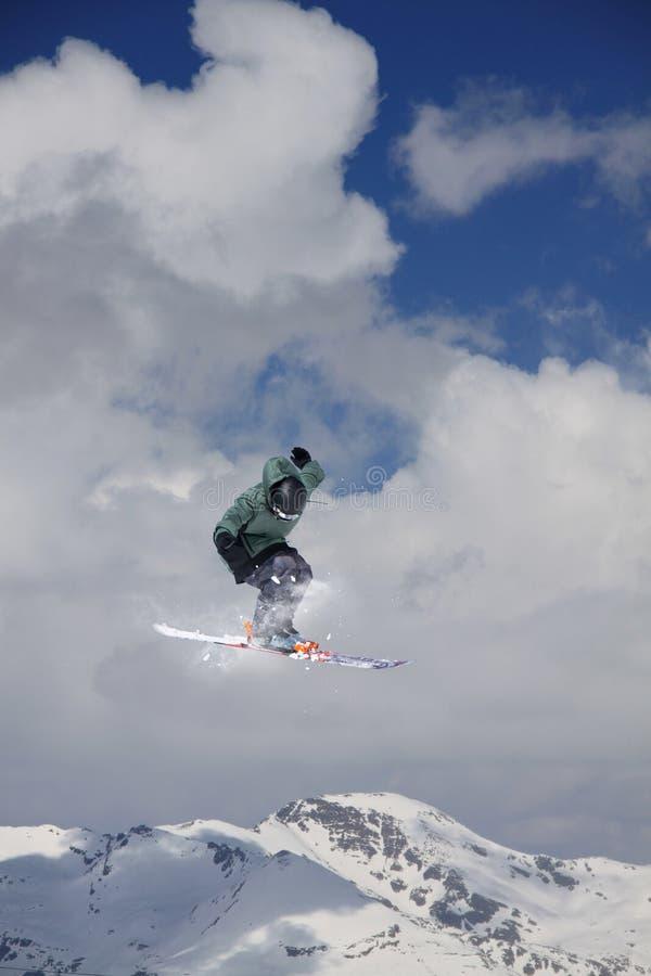 Vliegende skiër op sneeuwbergen Extreme de wintersport, alpiene ski stock foto