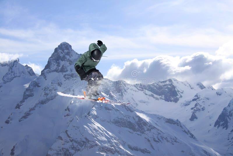 Vliegende skiër op sneeuwbergen Extreme de wintersport, alpiene ski stock foto's
