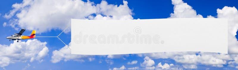 Vliegende vliegtuig en banner stock fotografie