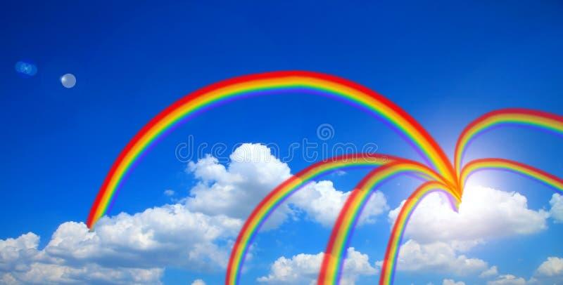 Vliegende zeemeeuw in hemelzon met wolken en regenboog blauwe hemel met wolkenachtergrond royalty-vrije stock foto's