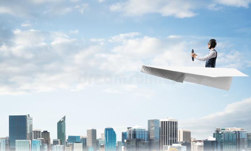 Vliegeniers drijfdocument vliegtuig boven commercieel centrum royalty-vrije stock fotografie