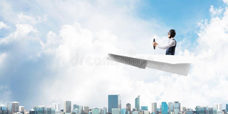 Vliegeniers drijfdocument vliegtuig boven commercieel centrum royalty-vrije stock afbeelding