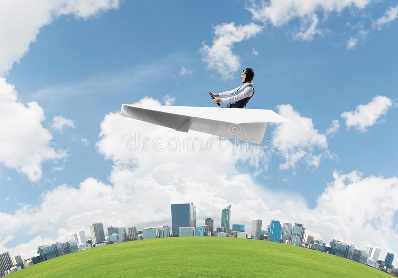 Vliegeniers drijfdocument vliegtuig boven commercieel centrum stock foto