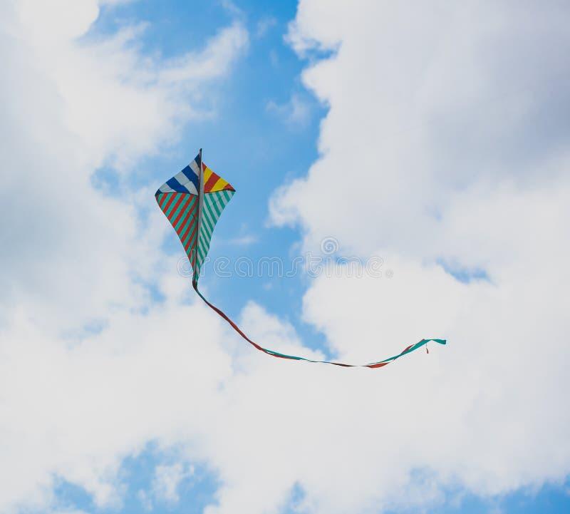 Vlieger in de wolkenhemel royalty-vrije stock foto's