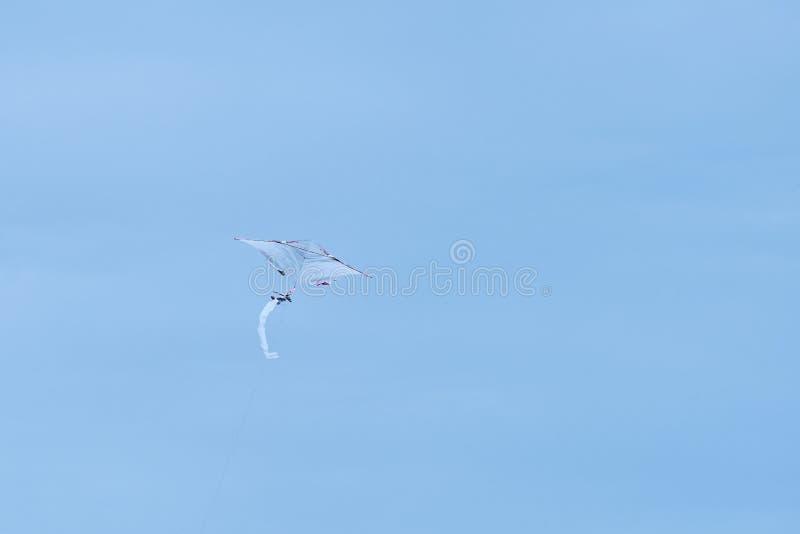 Vlieger die in de hemel vliegen stock foto