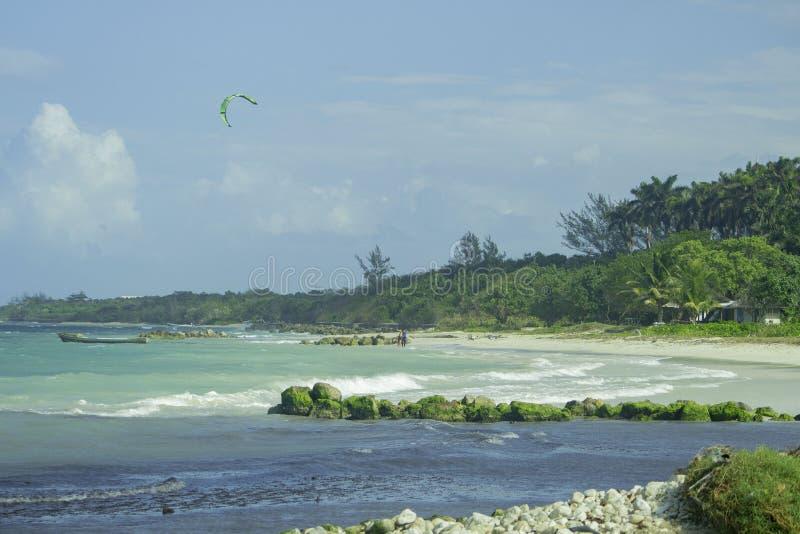 Vlieger die in Jamaïca 2018 surfen royalty-vrije stock afbeeldingen