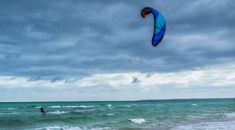Vlieger het surfen en ruwe overzees stock foto's