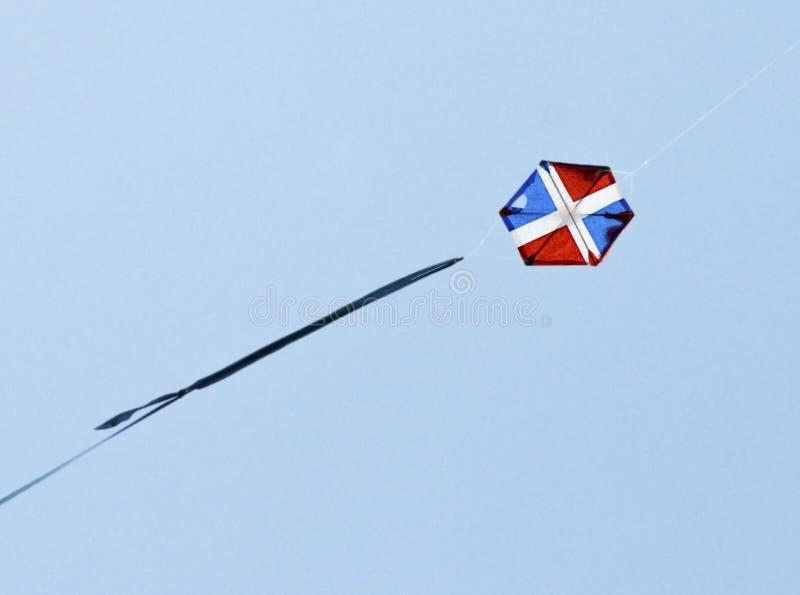 Vlieger tijdens de vlucht met Vlag stock fotografie