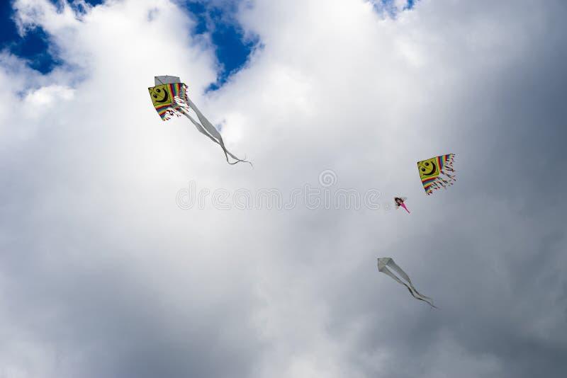 Vliegers in hemel stock afbeelding