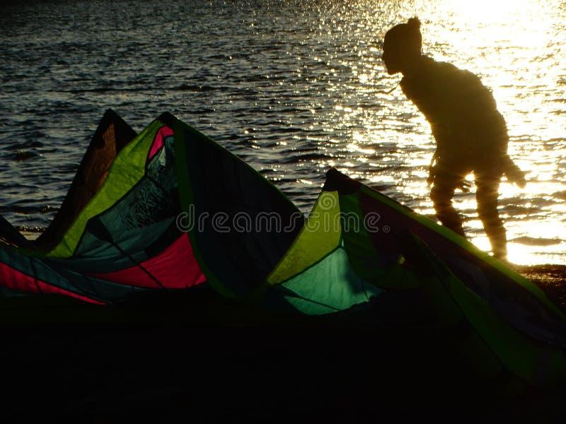 Vliegersurfer in backlight en de kleurrijke vlieger stock afbeeldingen
