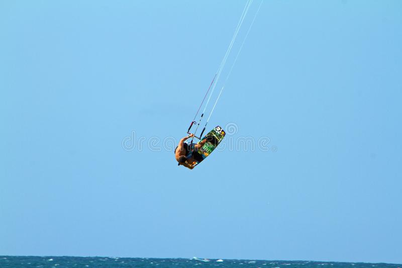 Vliegersurfer die luchtwind het inschepen vangen stock fotografie