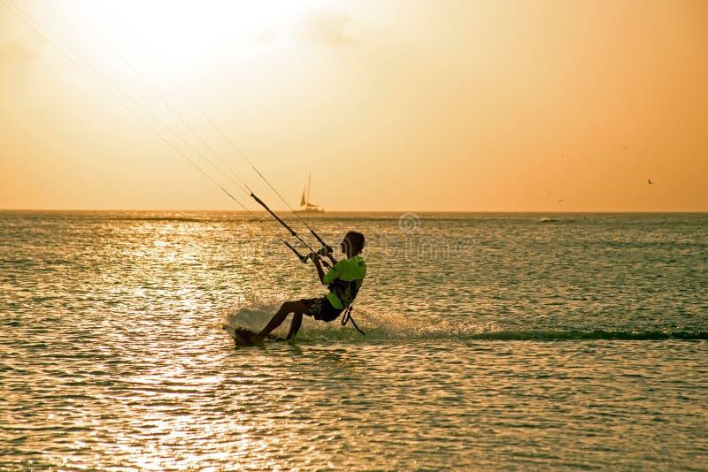 Vliegersurfer op het eiland van Aruba in de Caraïben bij zonsondergang royalty-vrije stock foto