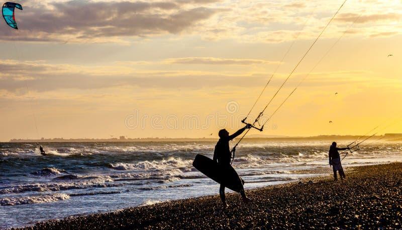 Vliegersurfers op strand stock foto