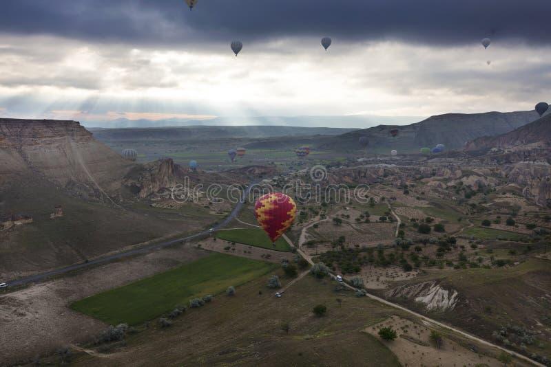 Vliegt de ballons over de vallei in Cappadocia stock foto's
