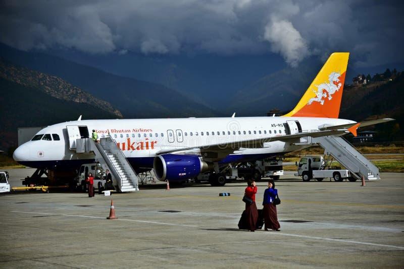 Vliegtuig bij Bhutan luchthaven is geland die stock afbeelding