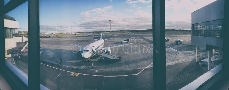 Vliegtuig bij de luchthaven royalty-vrije stock foto