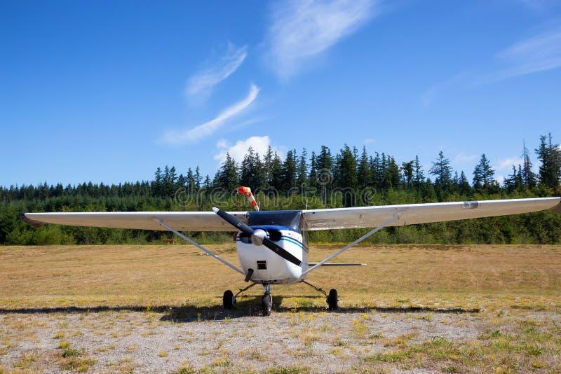 Vliegtuig bij de luchthaven royalty-vrije stock afbeeldingen