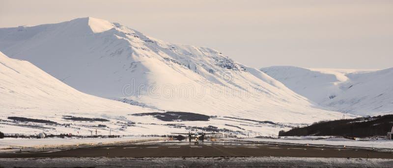 Vliegtuig bij de luchthaven van Akureyri royalty-vrije stock afbeelding