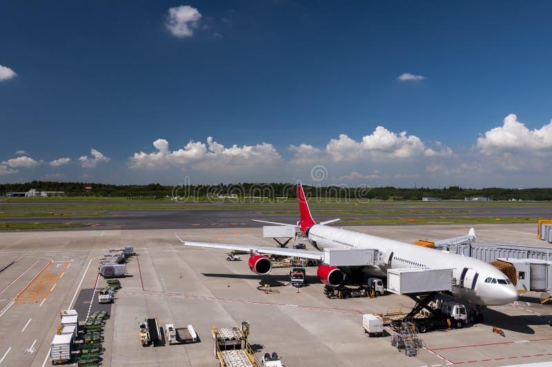 Vliegtuig bij de Narita luchthaven, Japan stock foto's