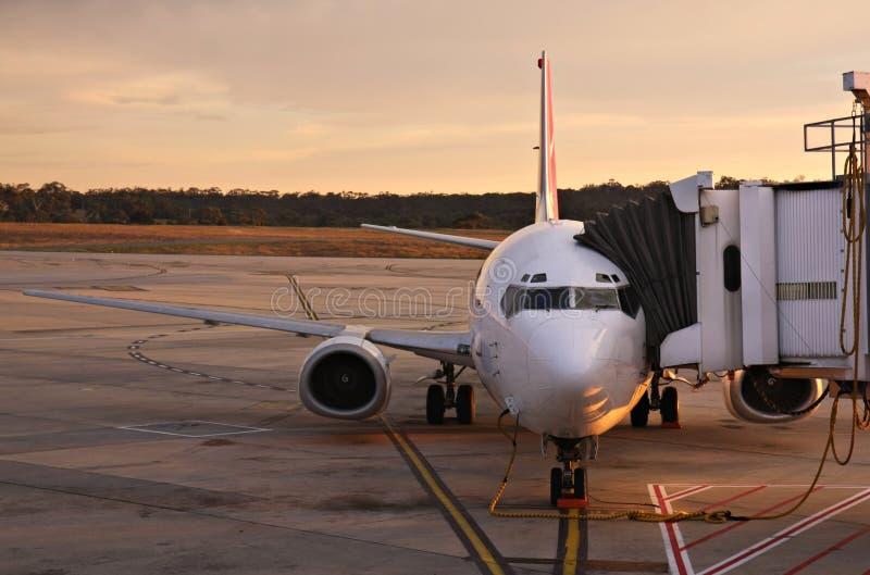 Vliegtuig bij de Terminal van de Luchthaven van Melbourne stock foto's