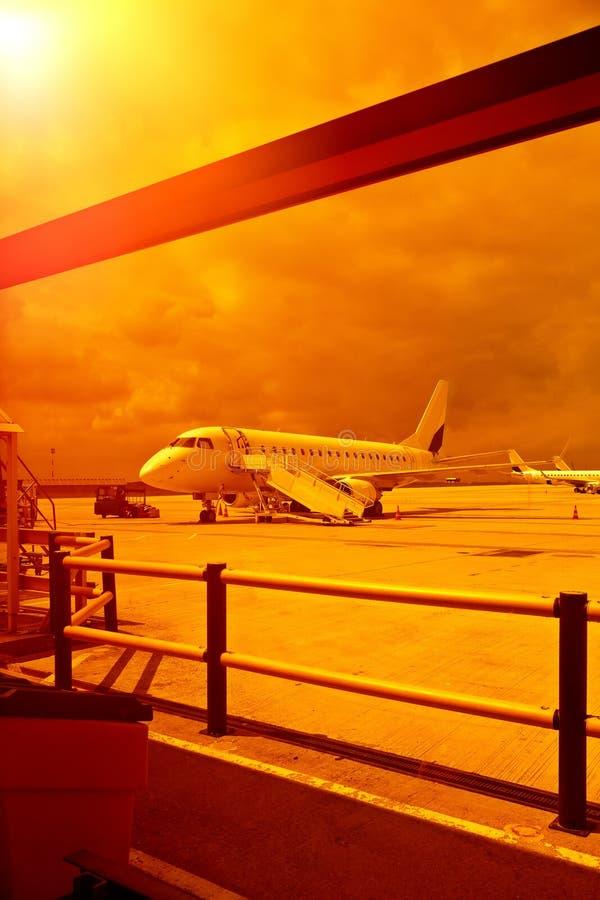 vliegtuig bij een luchthaven in de hitte royalty-vrije stock afbeeldingen