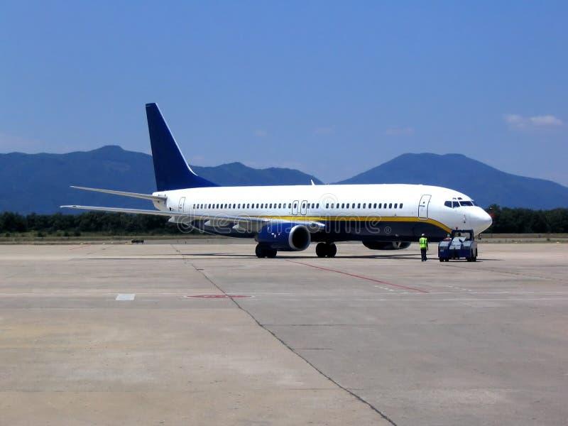 Vliegtuig bij luchthaven stock afbeelding