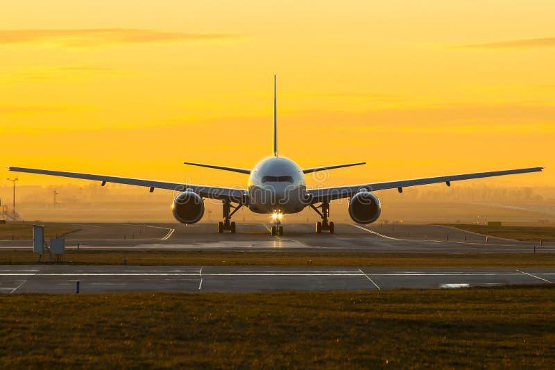 Vliegtuig bij zonsondergang royalty-vrije stock foto's