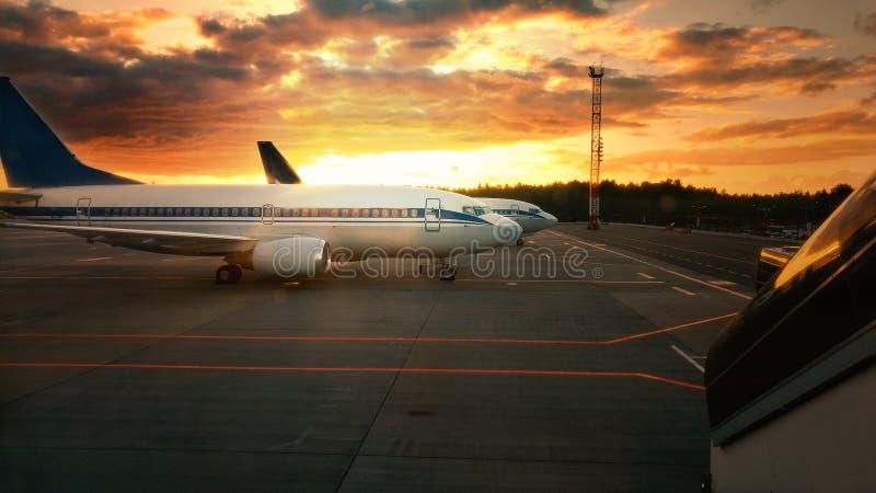 Vliegtuig bij zonsondergang - achter aangestoken royalty-vrije stock foto's