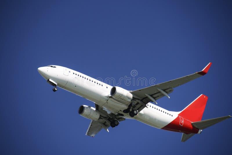 Vliegtuig in blauwe hemel stock fotografie
