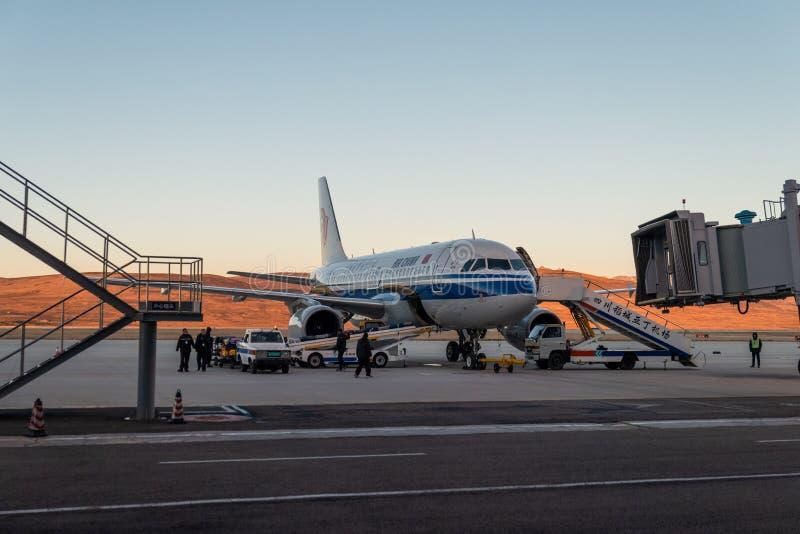 Vliegtuig Chinese luchtvaartlijn met ambtenaar die voor start op vertrekbaan voorbereidingen treft in de luchthaven stock foto's