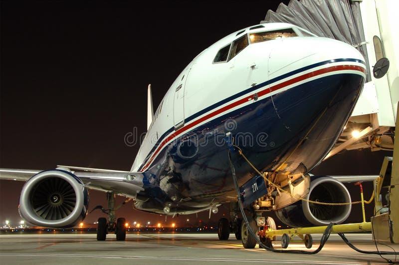 Vliegtuig dat bij de luchthaven wordt geparkeerd stock afbeeldingen